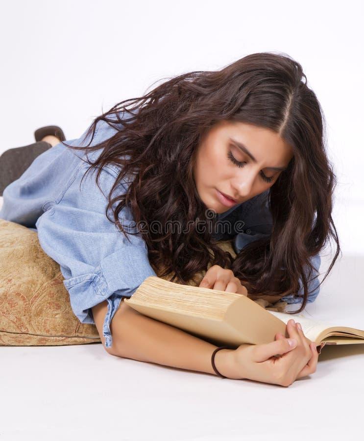 Mooie jonge donkerbruine studies van boek royalty-vrije stock foto