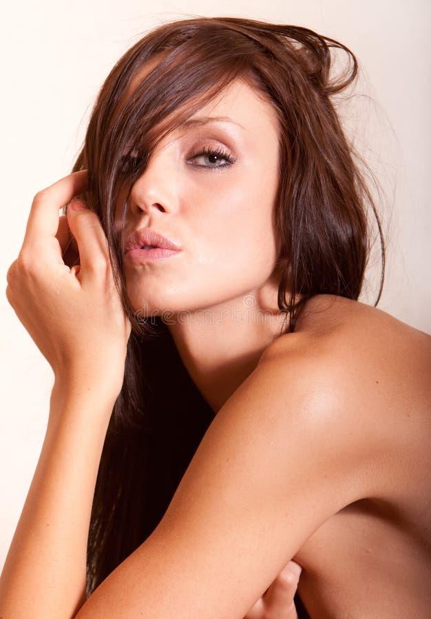 Mooie jonge donkerbruine vrouw stock afbeelding