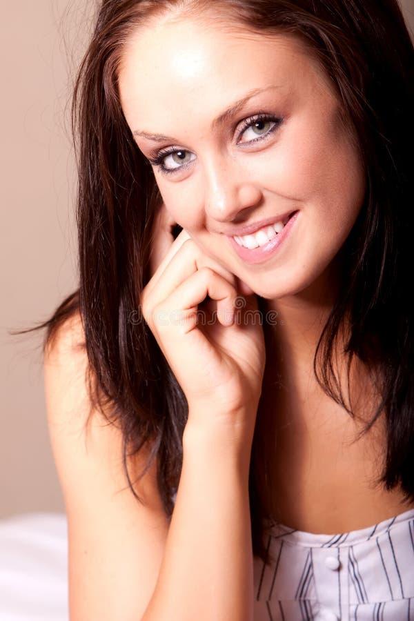 Mooie jonge donkerbruine vrouw royalty-vrije stock fotografie