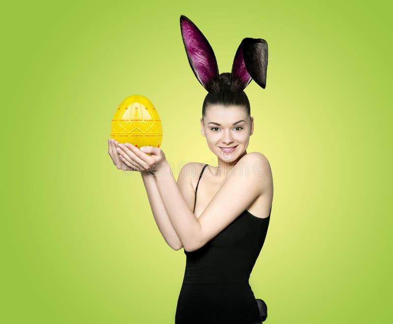 Mooie jonge donkerbruine vrouw als Pasen-konijntje royalty-vrije stock afbeeldingen