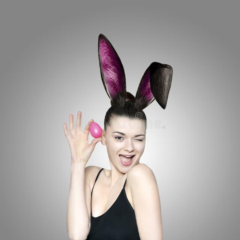 Mooie jonge donkerbruine vrouw als Pasen-konijntje royalty-vrije stock fotografie