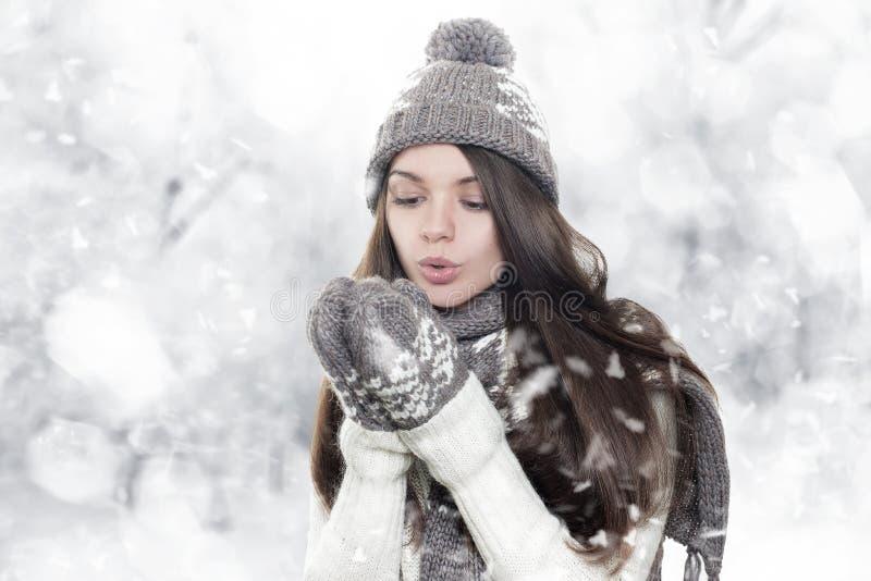 Mooie jonge donkerbruine vrouw het verwarmen handen royalty-vrije stock afbeeldingen