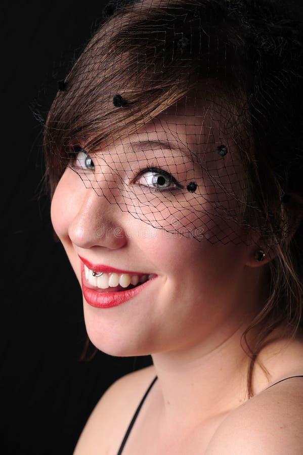 Mooie jonge donkerbruine vrouw met het rode lippenstift glimlachen royalty-vrije stock afbeelding