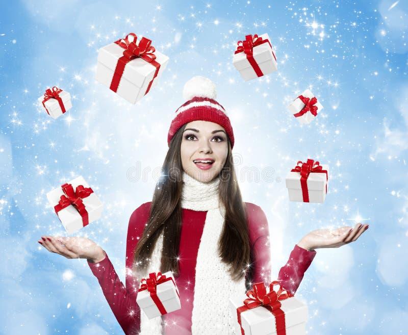 Mooie jonge donkerbruine vrouw met vele giften - Kerstmis portr stock foto's