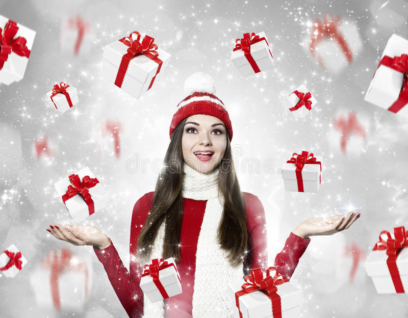 Mooie jonge donkerbruine vrouw met vele giften - Kerstmis portr royalty-vrije stock foto