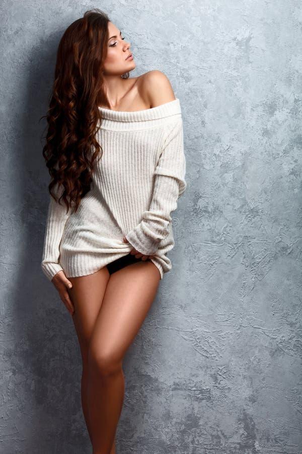 Mooie jonge donkerbruine vrouw in sweater royalty-vrije stock foto's
