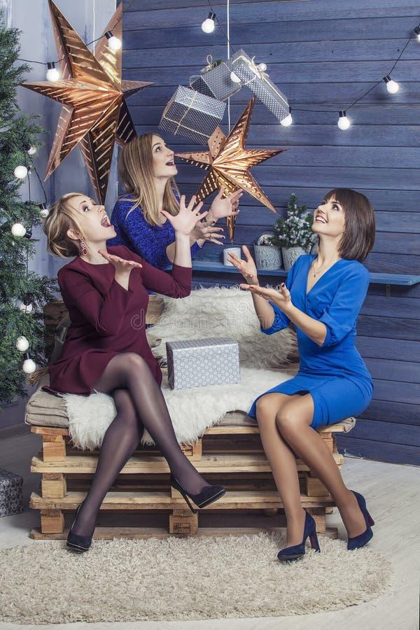 Mooie jonge en gelukkige vrouwenmeisjes samen aan celebrat stock foto's