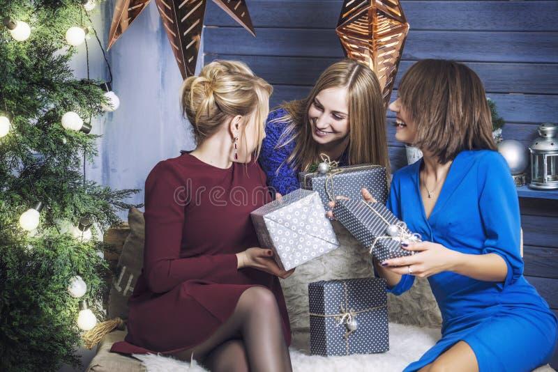 Mooie jonge en gelukkige vrouwenmeisjes samen aan celebrat royalty-vrije stock afbeeldingen