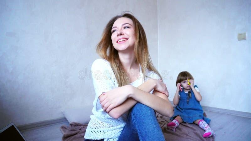Mooie jonge en vrouw en moeder die in camera glimlachen stellen stock foto's