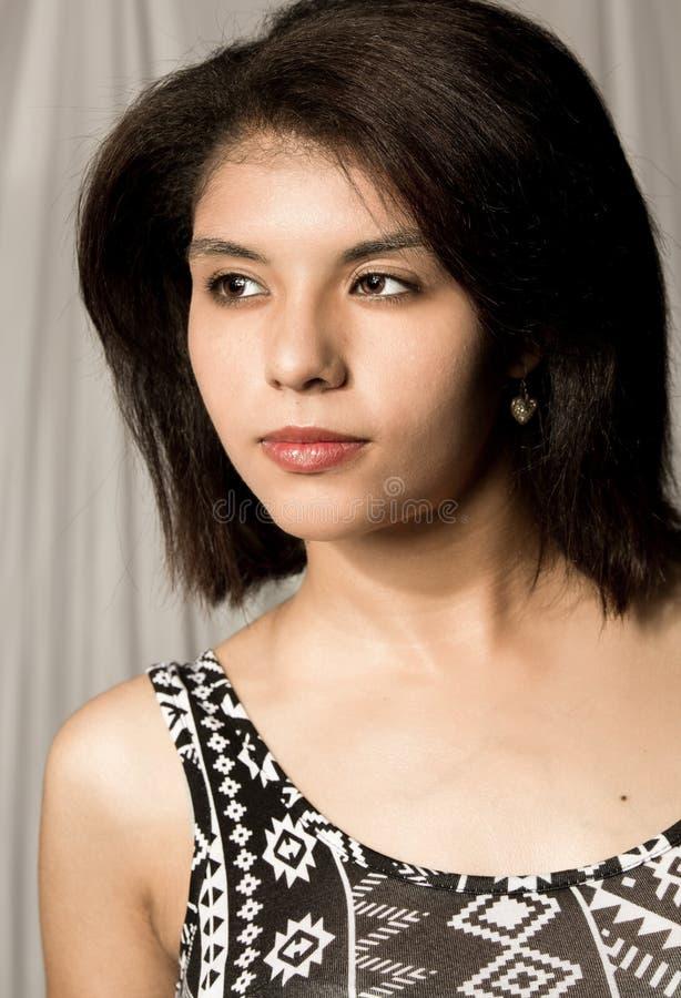 Mooie jonge etnische vrouw stock foto