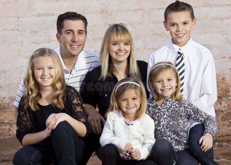 Mooie Jonge Familie royalty-vrije stock afbeelding