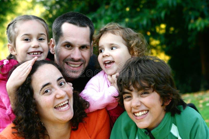 Mooie jonge familie die pret heeft royalty-vrije stock afbeelding