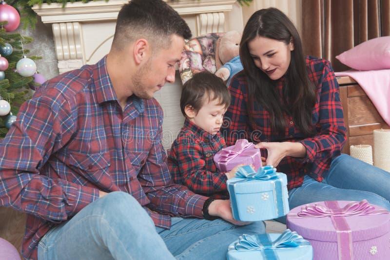 Mooie jonge familie in het kind van de de vrouwenechtgenoot van plaidoverhemden met c stock fotografie