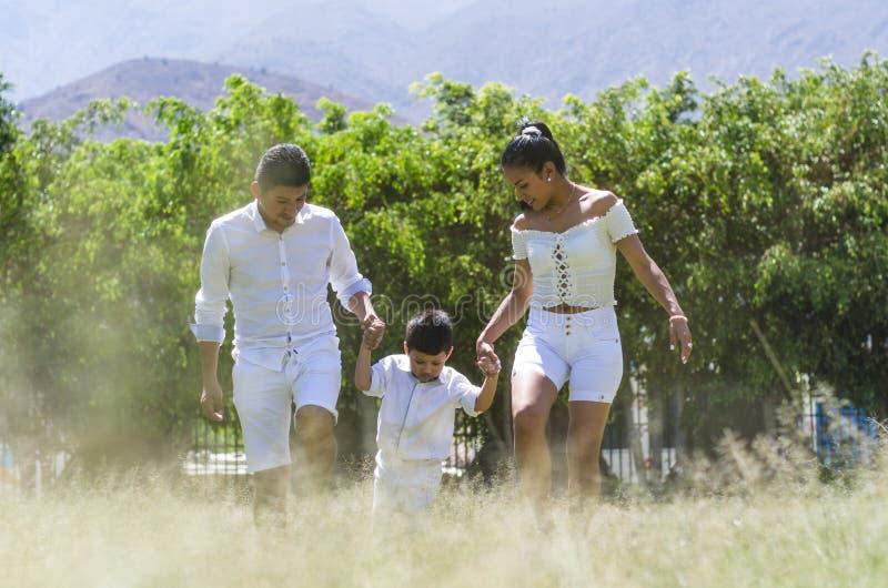 Mooie jonge familie op een gang in de zomerbos royalty-vrije stock foto's