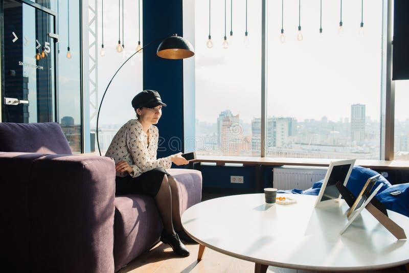 Mooie jonge freelancervrouw die laptop computerzitting gebruiken bij koffielijst Gelukkig Glimlachend online of Meisje die bestud stock fotografie