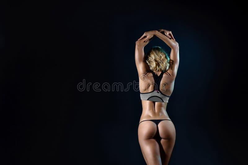Mooie jonge geschikte vrouw met slank spierlichaam stock foto