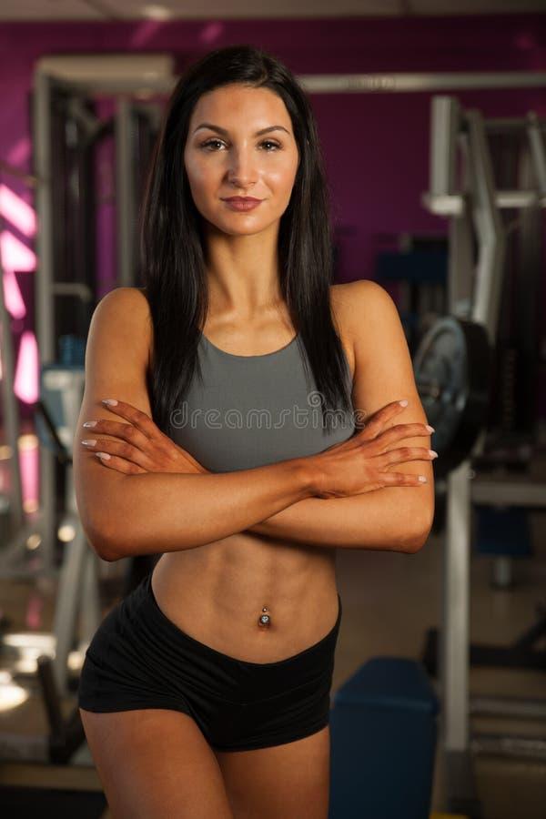 Download Mooie Jonge Geschikte Vrouwenrust Na Training In Geschiktheidsgymnastiek Stock Foto - Afbeelding bestaande uit slank, vrouw: 107708826