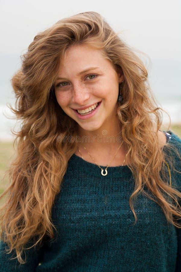 Mooie jonge glimlachende vrouw stock afbeeldingen