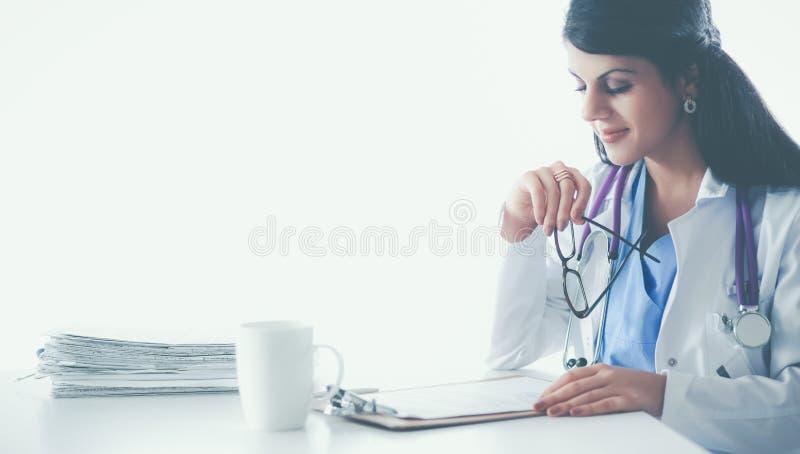 Download Mooie Jonge Het Glimlachen Vrouwelijke Artsenzitting Bij Het Bureau Stock Afbeelding - Afbeelding bestaande uit apparatuur, artsen: 107705699