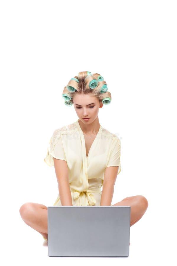 Mooie jonge huisvrouw met grijze modern royalty-vrije stock foto