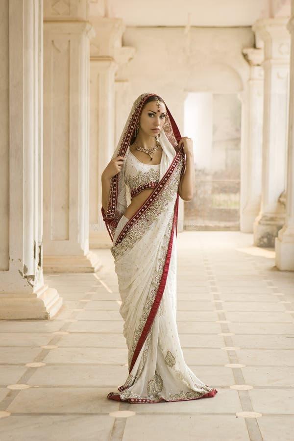 Mooie jonge Indische vrouw in traditionele kleding met bruids royalty-vrije stock foto