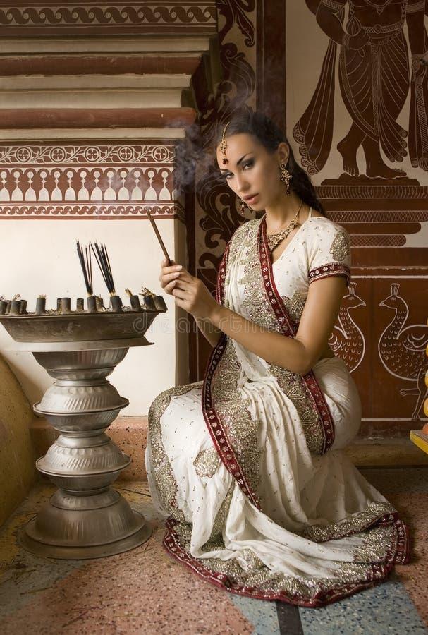 Mooie jonge Indische vrouw in traditionele kleding met incens royalty-vrije stock foto
