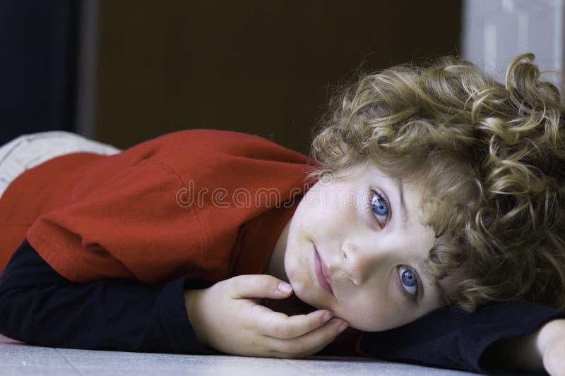 Mooie jonge jongen stock afbeelding