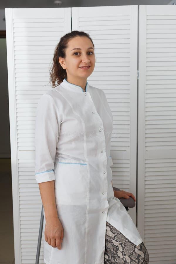 Mooie jonge Kaukasische vrouw artsencosmetologist stock foto