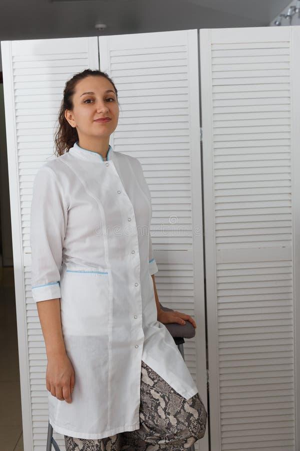 Mooie jonge Kaukasische vrouw artsencosmetologist royalty-vrije stock fotografie