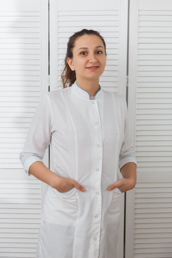 Mooie jonge Kaukasische vrouw artsencosmetologist royalty-vrije stock foto's