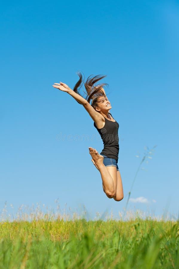 Mooie jonge vrouw die omhoog springen royalty-vrije stock foto