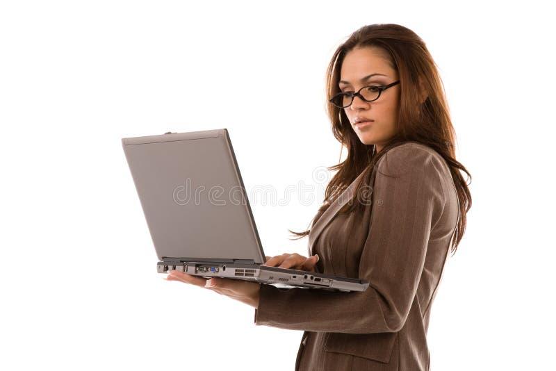 Mooie Jonge Laptop Van De Vrouwenholding Gratis Stock Afbeelding