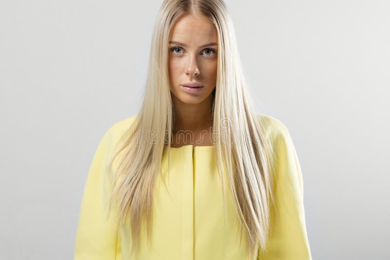 Mooie jonge maniervrouw met blondehaar stock afbeeldingen