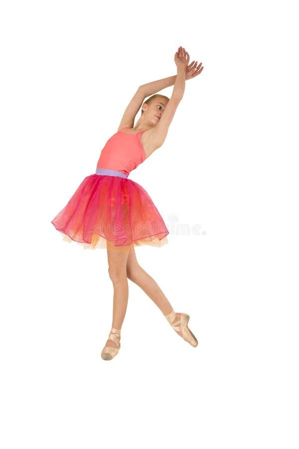 Mooie jonge meisjesballerina die een roze uitrusting dragen stock foto's
