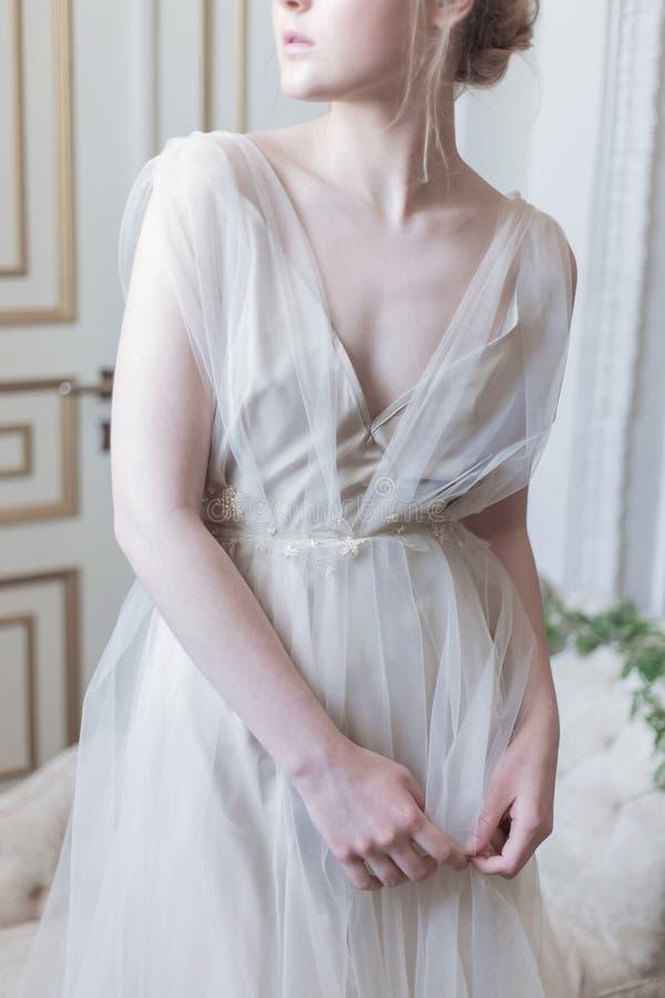 Mooie jonge meisjesbruid in een mooie luchtige kleding in beige kleuren, huwelijk in de stijl van boho stock afbeelding