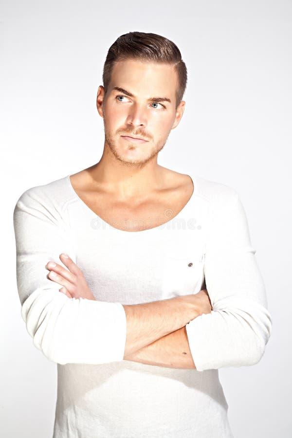 Mooie jonge mens met witte achtergrond stock afbeelding