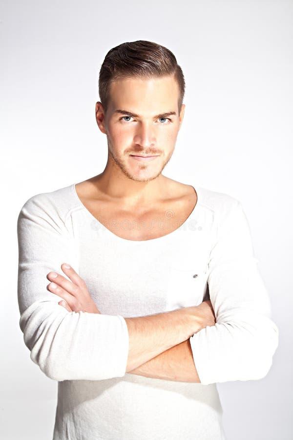 Mooie jonge mens met witte achtergrond stock foto