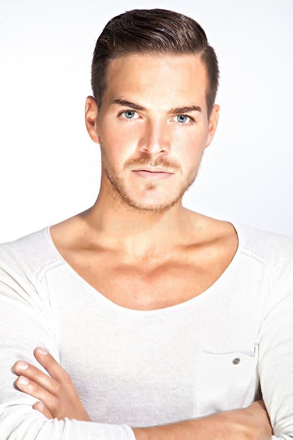 Mooie jonge mens met witte achtergrond stock afbeeldingen