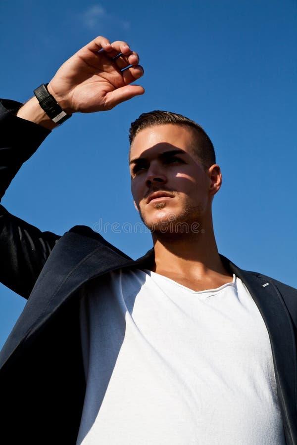 Mooie jonge mens in openlucht op de straat stock foto