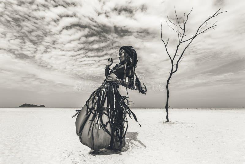 Mooie jonge modieuze stammendanser Vrouw in oosters kostuum stock fotografie