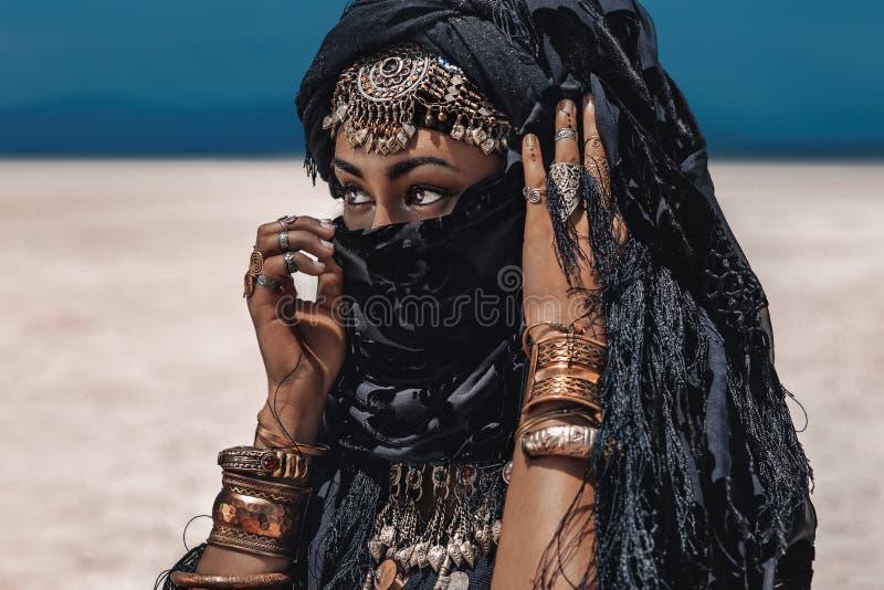 Mooie jonge modieuze stammendanser Vrouw in oosters kostuum stock foto