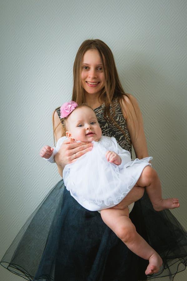 Mooie jonge moeder en haar leuke dochter binnen royalty-vrije stock afbeelding