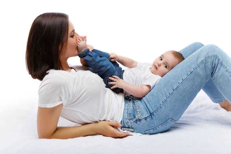 Mooie jonge moeder met de jongen van de peuterbaby stock foto