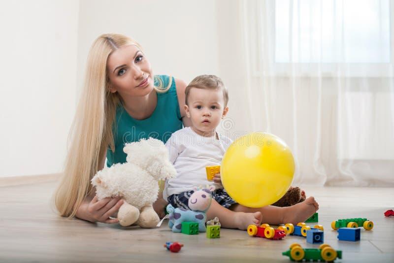 Mooie jonge moeder met haar mannelijke peuter royalty-vrije stock foto