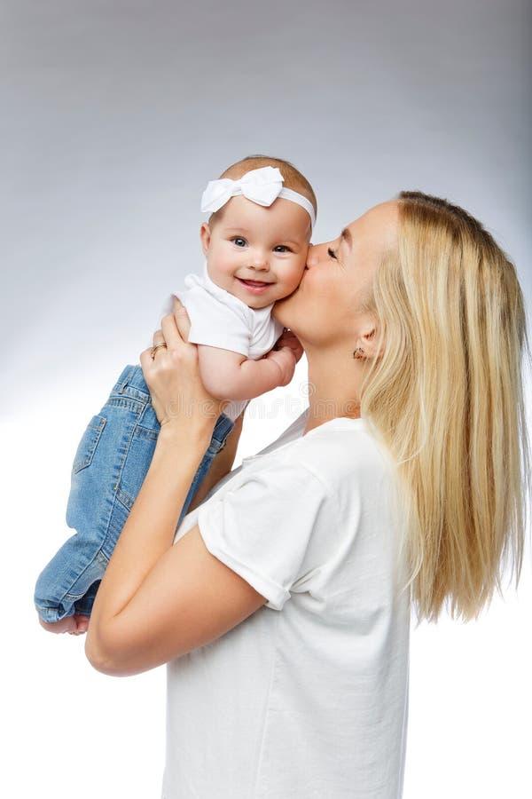 Mooie jonge moeder met het meisje van de peuterbaby royalty-vrije stock afbeeldingen