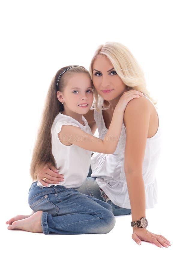Mooie jonge moeder met weinig die dochter op wit wordt geïsoleerd royalty-vrije stock fotografie