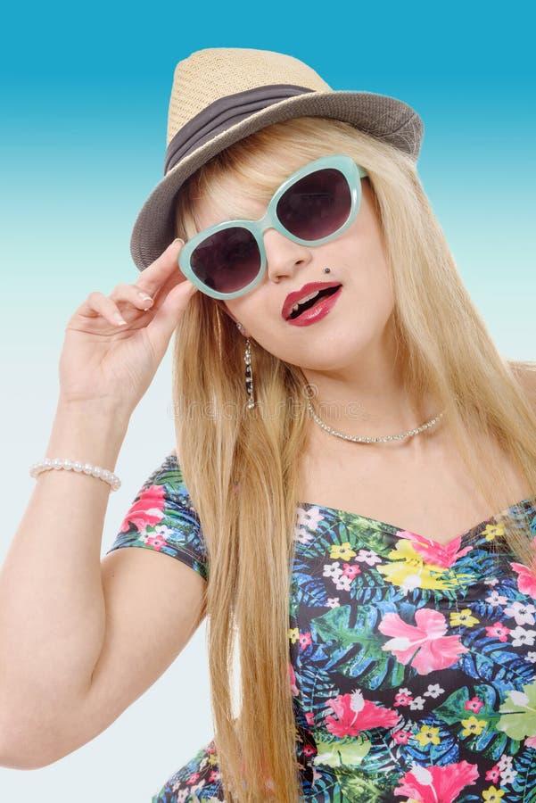 Mooie jonge mooie blondevrouw in zonnebril en de zomer Ha stock afbeeldingen