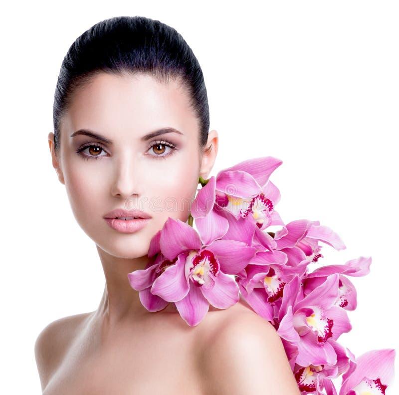 Mooie jonge mooie vrouw met gezonde huid stock foto