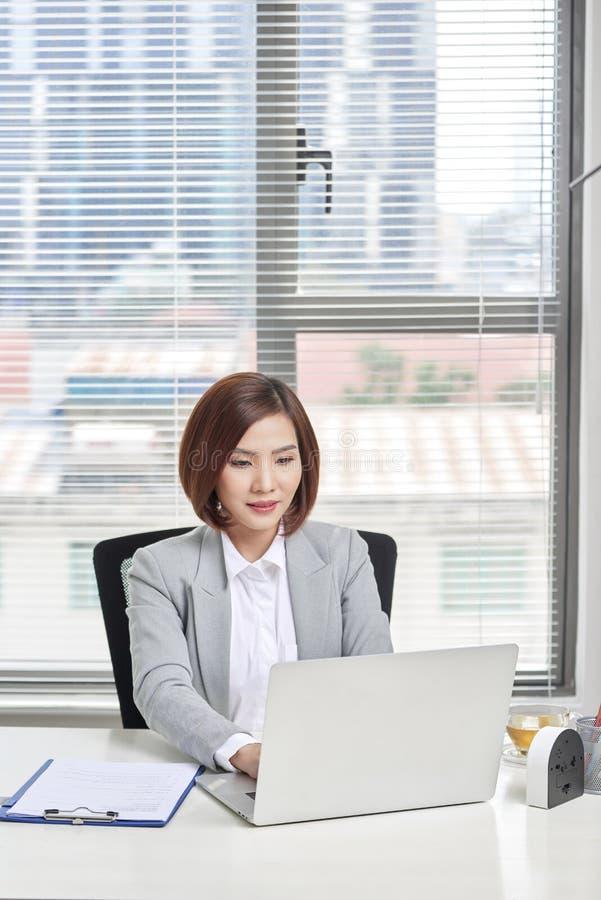 Mooie Jonge Onderneemster In Office royalty-vrije stock foto