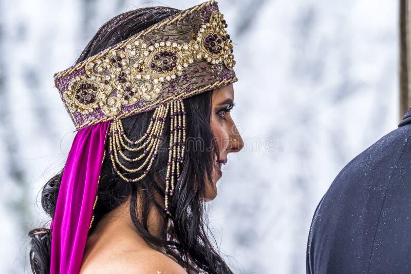 Mooie jonge oosterse bruid die voor huwelijk voorbereidingen treffen stock afbeelding